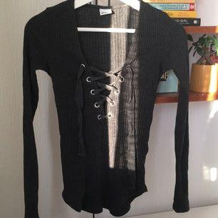 Ribbad tröja med snörning från Gina Tricot! Nästan aldrig använd, bekväm ☀️ swish funkar också.