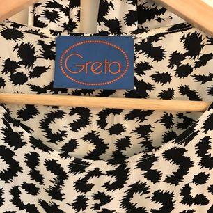 Leopardmönstrad klänning från Greta. Skickar gärna fler bilder vid intresse! Mycket fint skick, använd max 5 ggr