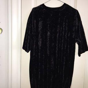 SVINBALL klänning som jag ääälskar. Har 2 stycken därav säljer jag den ena, helt ny!! Svårt att få den på bild, men fråga om det är något.