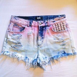 Jag säljer nu dessa blå/rosa färgglada shortsen!! Aldrig använda. Kan fraktas. Betalning sker via Swish! ✨