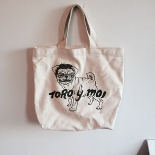 Unik Toro y Moi tote bag. Från 2011 när han släppte Causes of this albumet ✌🏼