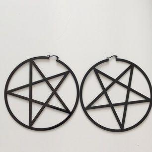 Killstar pentagram örhängen, frakten ingår i priset! Endast betalning med Swish.