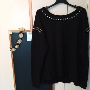Jag säljer min svarta tröja med metallknappar! Använd ett par gånger. Kan fraktas. Betalning sker via Swish! ✨