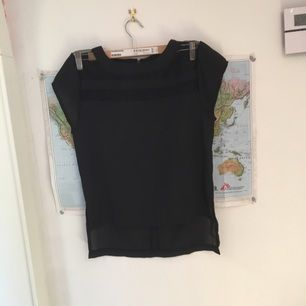 En svart finare t-shirt med mesh detaljer och längre där bak. Den är väldigt sparsamt använd.  Kan mötas upp eller frakta (frakten är inte inkluderas i priset) :)