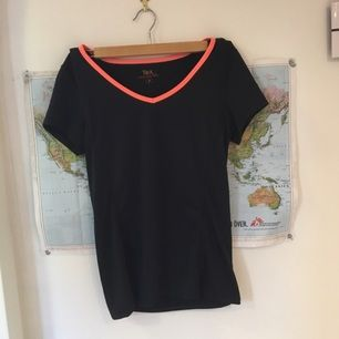 Snygg sport t-shirt köpt från USA, den är aldrig använd endast prövad på. Har matchande byxor till på min profil.  Kan mötas upp eller frakta (frakten betalas av dig :)