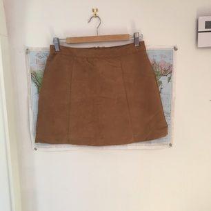 Super from mocka kjol från H&M i storlek S. Den är väldigt sparsamt använd och i bra skick.  Kan mötas upp eller frakta (frakten betalas av dig :)