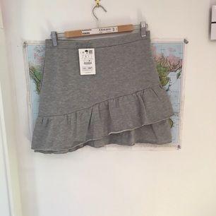 Jätte fin grå kjol i mjukis material från Pull and Bear. Den är i storlek L men jag skulle själv vilja säga att den är en större S till en M. Den är för stor för mig och aldrig använd.  Kan mötas upp eller frakta (frakten betalas av dig :)