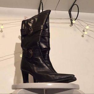 höga coola högklackade/lackade skor fattar ni LACKADE OCH KLACKADE !!!!!! Spetsiga är dem också sjukt najs ✨  FRI FRAKT 🌈