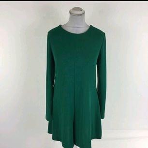 väldig fin byxdress från Zara i kön material i fint skick. använd 2 gånger bara. kläningen är i strl l men passar det till en M oxå.