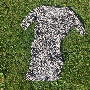 Svart/vit djurnönstrad klänning med 3/4 ärmar, fint skick!