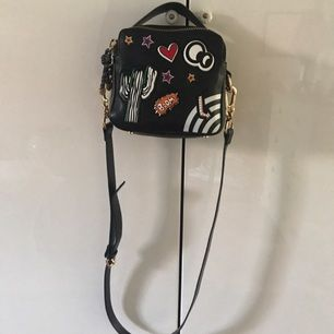 Liten väska med dubbeldragkedja och läckra detaljer. Köpt på Zara i våras.
