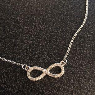 Ett halsband från Gina Tricot. Nästan aldrig använt