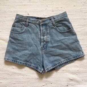 jeansshorts m hög midja och fina detaljer på bakfickorna 🔸➰🔸 knappar istället för gylf. köpta i Nice för ett par år sedan, tyvärr något för små för mig som har ca strl 40 i byxor