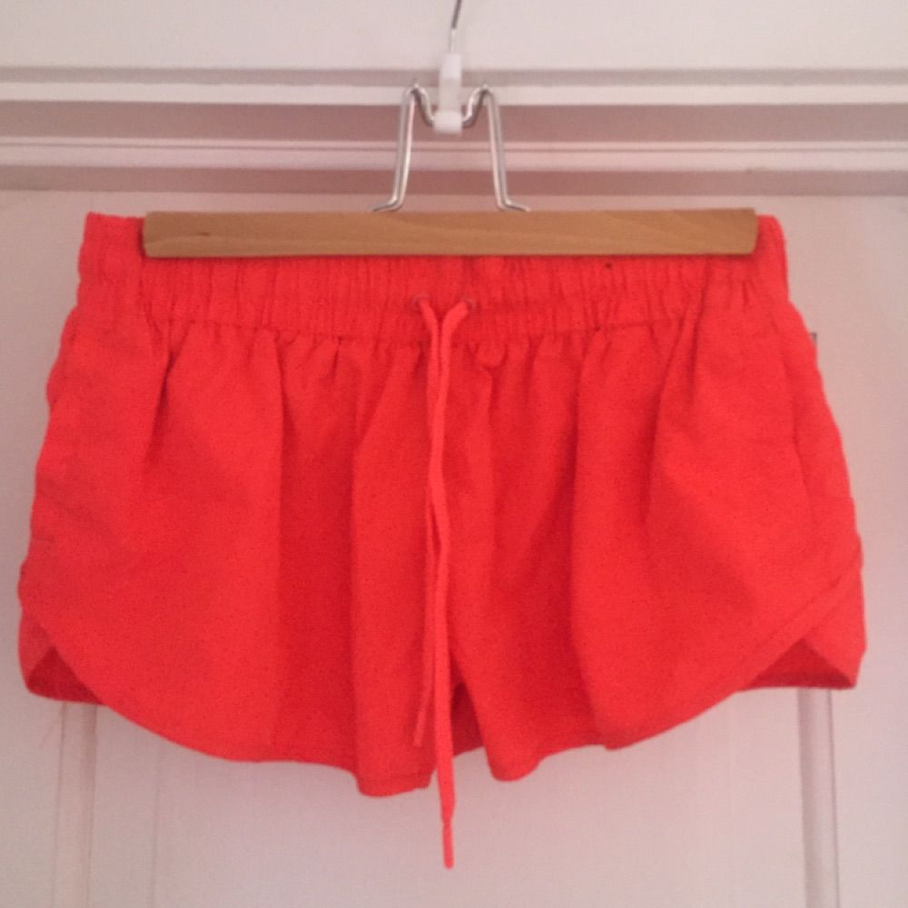 Korallfärgade sportshorts, aldrig använda . Shorts.