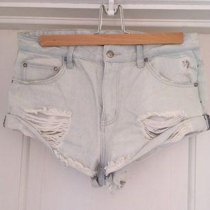 Supersnygga ljusa jeansshorts med slitning fram och fransigt i kanten från Some days lovin. Säljer pågrund av att dom är försmå nu. Köpta i Australien och använt ett fåtal gånger.  Nypris:1100kr