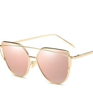 Säljer solglasögonen på bilden, helt nya!