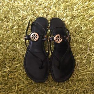 Sandaler från Tory Burch. Säljes i kartong. Använda typ 5 ggr.