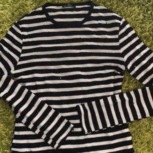 Randig tröja. De svarta sträcken är med paljetter. Väldigt fin men måste göra mig av med pga platsbrist