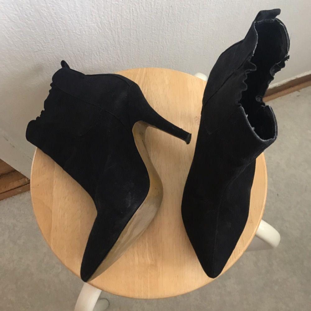 Säljer mina stilrena boots jag använt några gånger bara.   Nypris: 500kr Köparen står för frakten på ca 65kr. Skor.