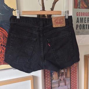 Svarta äkta vintage Levi's-shorts. Märkta w30 men passar en 36/38 beroende på passform. Uppskattar vidden till ca w28/29!🌞