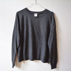 Skön stickad tröja från vero Moda. Knappt använd!  Hämtas i centrala Stockholm eller levereras till instabox som finns på vissa Pressbyrån. (köparen står för kostnaden på 20)