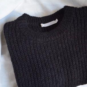 Oanvänd stickad tröja från Tiger of Sweden.    60 % mohair, 40 % polyamid.  Avhämtning i centrala Stockholm eller leverans till instabox som finns på vissa Pressbyrån. Köparen står för kostnaden.