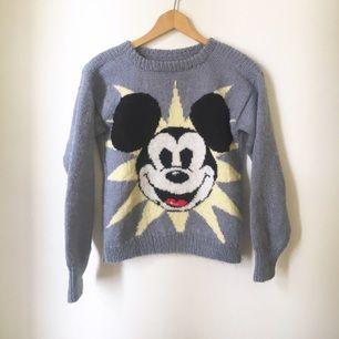 En glittrig ljusblå Mickey mouse tröja, vintage från 80talet! Liten i storlek och jätte söt! Förmodligen ullblandning för den är varm!
