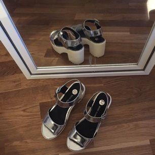 Silvriga chunky skor ifrån River Island, endast använda en gång. Köparen står för frakt. Kan ev mötas upp