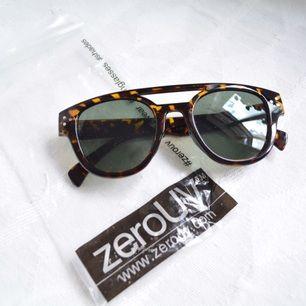 Splitternya solglasögon från Zero UV.  Avhämtning i centrala Stockholm eller leverans till instabox (finns på vissa Pressbyrån, köparen betalar priset som vanligtvis är 20)