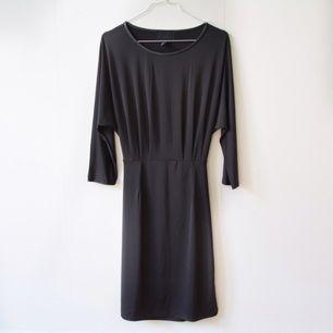 Superfin klänning från HM med en läcker detalj i ryggen. Säljes pga fel storlek.