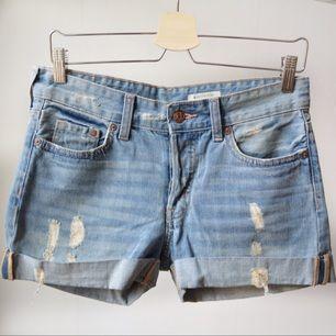 Boyfriend shorts från HM.  Avhämtning i centrala Stockholm eller leverans till instabox (finns på vissa Pressbyrån, köparen betalar priset som vanligtvis är 20)