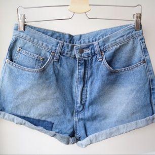 Världens coolaste shorts, klippta från ett par Cheap Monday jeans. Dessvärre fel storlek för mig.  Avhämtning i centrala Stockholm eller levererans till instabox (finns på vissa Pressbyrån). Köparen står för kostnaden som vanligtvis är 20.