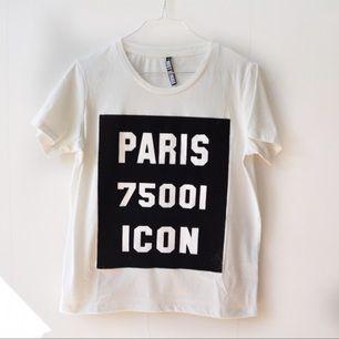 Fin t-shirt. Trycket är i sammetsliknande material.  Avhämtning i centrala Stockholm eller levererans till instabox (finns på vissa Pressbyrån). Köparen står för kostnaden som vanligtvis är 20.