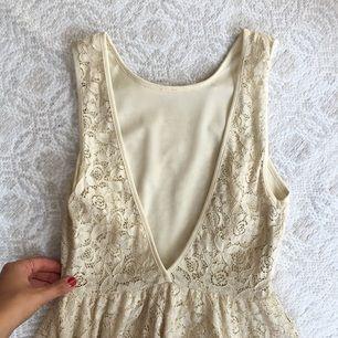 Så himla fin klänning köpt på Urban outfitters för några år sedan. Märket heter Pins And Needls. Köpte den för 800 kronor och har bara använt den en gång, nyskick. Klänningen är i fint material och känns välgjord. Den är djup i ryggen och faller snyggt nedtill. Slutar mellan låren och knäna på mig. Exkl frakt :)
