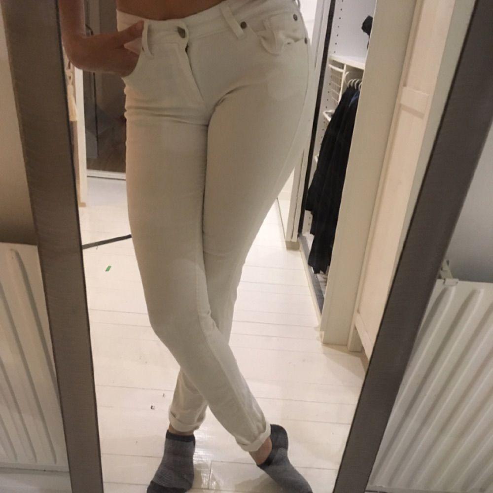 162209571346 Næsten ubrugte hvide jeans af Cubus. 36 størrelse med en stor og lang.