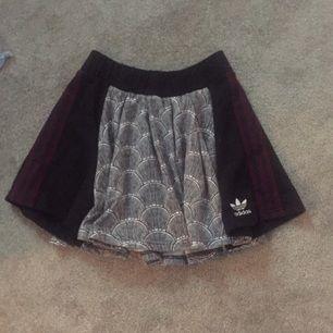Passar även S. Ny kjol från adidas.  Köparen står för frakten. Tar emot swish.