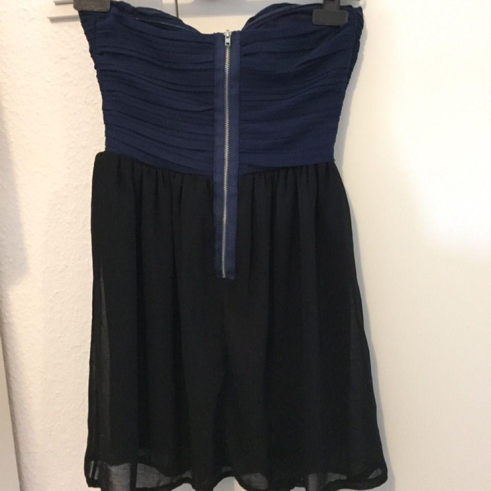 Bandlösklänning som aldrig är använd från märket three little words, prislapp sitter fortfarande kvar.. Klänningar.