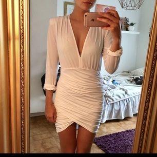 Superfin, tight vit klänning! Stretchigt tyg så den sitter perfekt. Kan fraktas då köparen står för frakten!