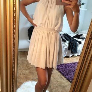 Superfin, vit kjol med resår i midjan! Flera lager skirt tyg. Kan fraktas då köparen står för frakten!