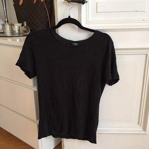 T-shirt i linnematerial.  För snabb och smidig affär använd Swish. Kan även mötas upp i centrala Göteborg.