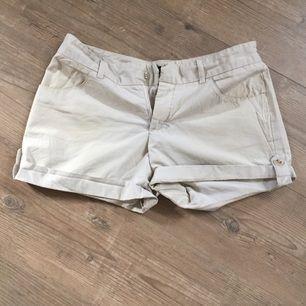 Säljer beiga shorts, fint skick!   FRI FRAKT!!