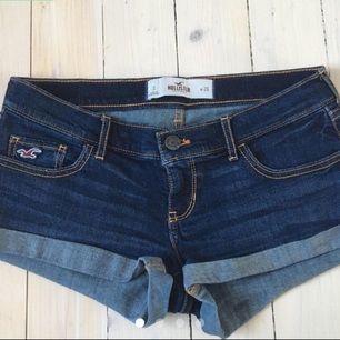 Jättesnygga jeansshorts med låg midja från Hollister! Ser helt nya ut fortfarande. Ibland korvar sig kanten i bak!