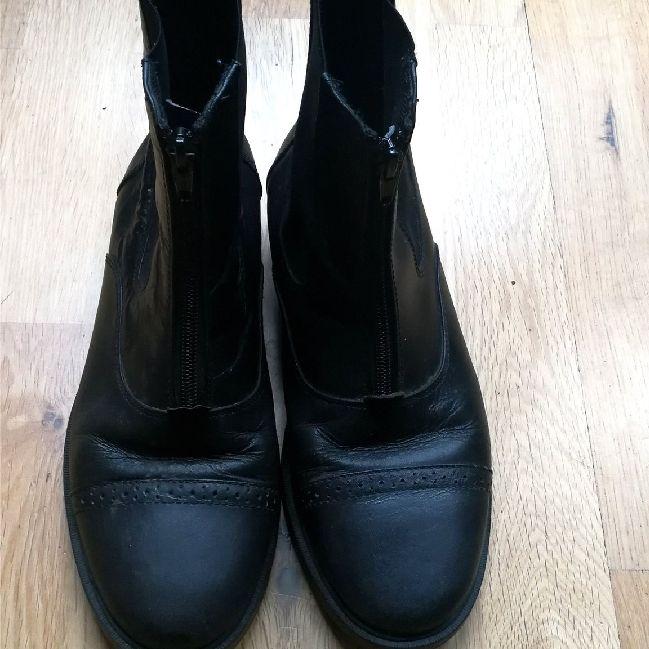 e5e67d772d2 Ena skon är Svarta boots med brouge-mönster och dragkedja fram i stl 39.