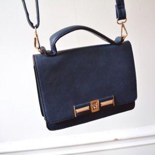 Fin väska, helt ny! Köpt i Milano men kommer aldrig till användning.   Avhämtning i centrala Stockholm eller leverans till instabox (finns på vissa Pressbyrån, köparen betalar priset som vanligtvis är 20)