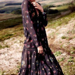 Skir klänning från Urban Outfitters av märket Pins and Needles. Aldrig använd med lappar kvar. Frakt ingår i priset, nypris över 500kr!