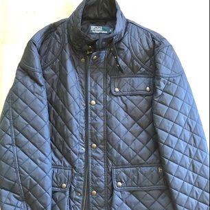 Nyskick! Snyggt och smart jacka som passar till vår/höst. Perfekt för er mellan 174cm - 182cm  --  Ej Gant, Boss, Armani