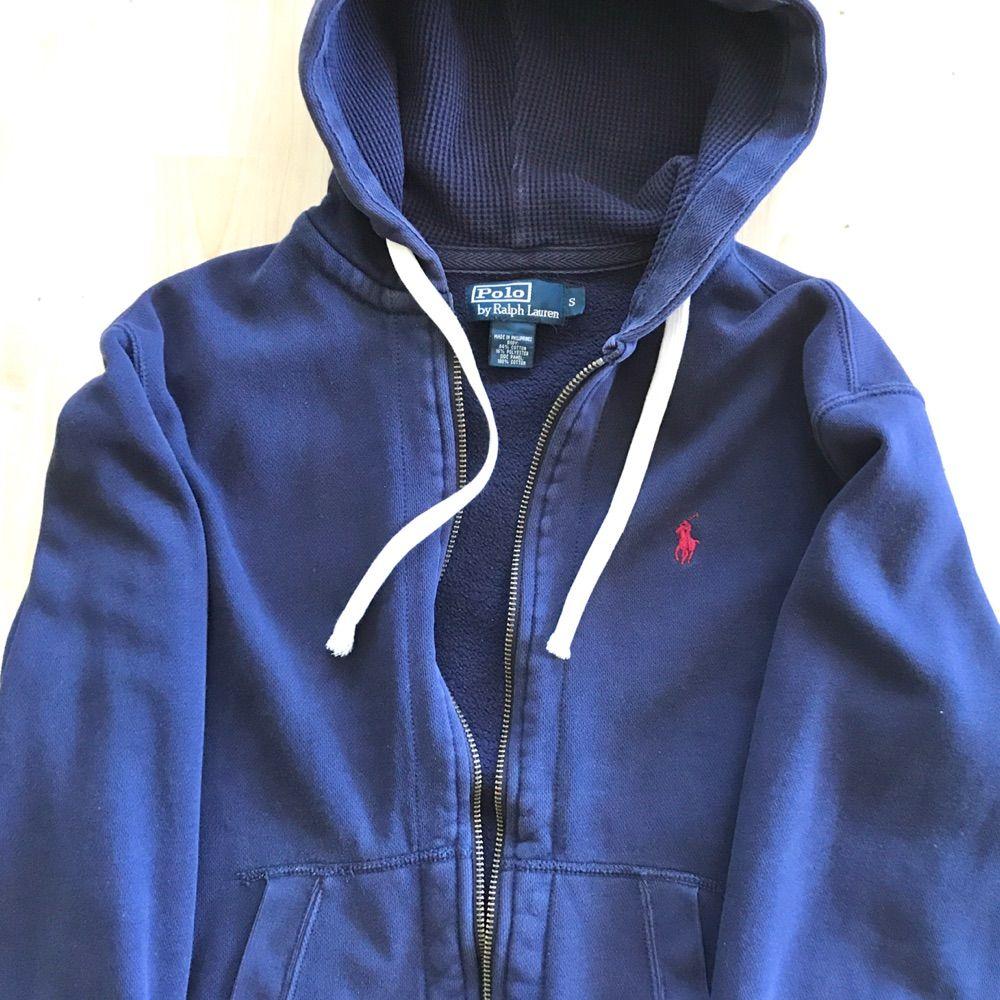 Polo Ralph Lauren sweater/hoodie Riktigt varmt och bekväm att ha på.  Köpte på NK 1299kr  --  Perfekt för er mellan 174cm - 182cm  Ej Gant, Boss, Armani. Huvtröjor & Träningströjor.