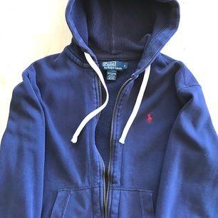 Polo Ralph Lauren sweater/hoodie Riktigt varmt och bekväm att ha på.  Köpte på NK 1299kr  --  Perfekt för er mellan 174cm - 182cm  Ej Gant, Boss, Armani