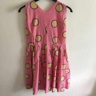 Jättecool klänning som jag köpt second hand! Passar bäst på någon med rätt så liten byst för den är lite trång över bröstet. Ingen stretch.