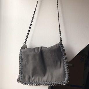 Säljer min Stella McCartney väska. Grå, mediumsize.   AA-kopia.